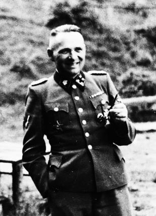 800px-Rudolf_Hoess,_Auschwitz._Album_Höcker_(cropped).jpg